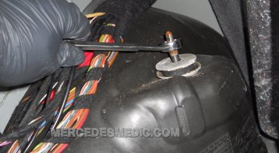 Benz_Rear_shock_absorber_how_to_DIY_Change_replace_03-600x330.jpg